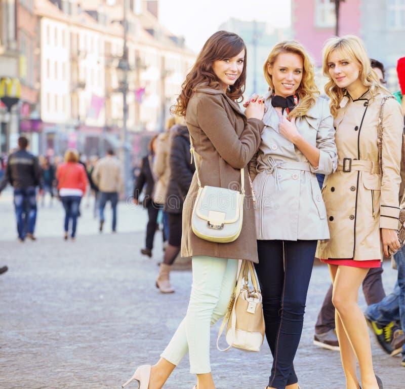 Trzy żeńskiego przyjaciela w starym miasteczku obraz royalty free