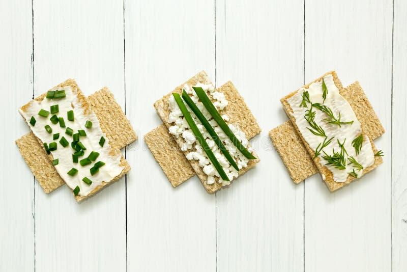 Trzy żywienioniowego śniadania z chałupa serem na białym drewnianym stole, znak prohibicja obraz royalty free
