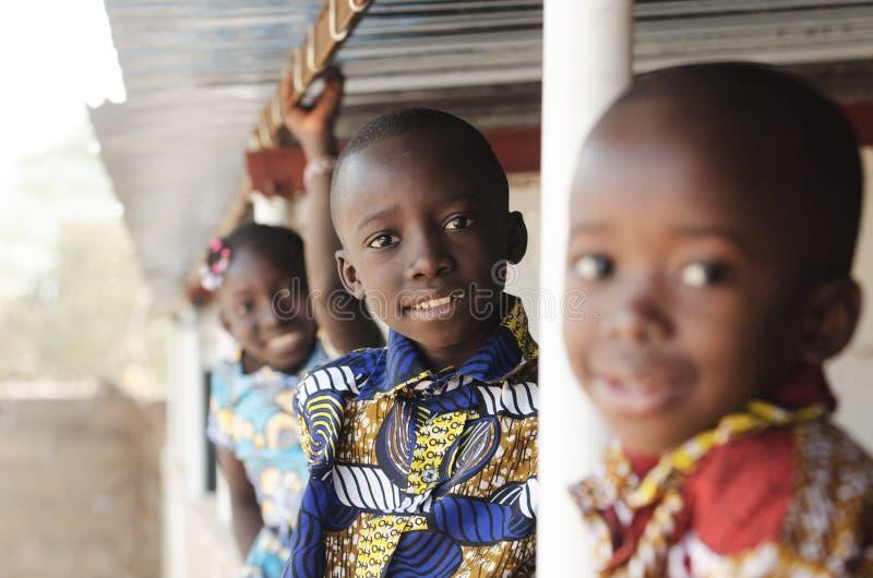Trzy Afrykańskiego dziecka Uśmiechniętego i Śmia się outdoors obrazy stock