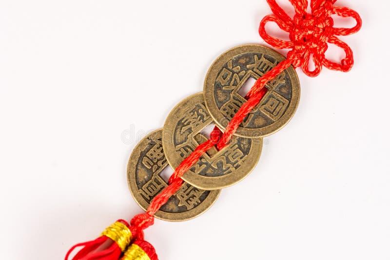 Trzy antycznego Feng shui metalu szczęsliwej monety odizolowywającej nad biały tło fotografia stock