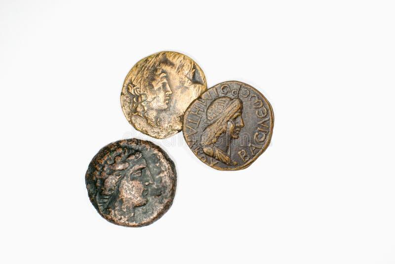 Trzy antykwarskiej monety z portretami na białym tle obraz stock