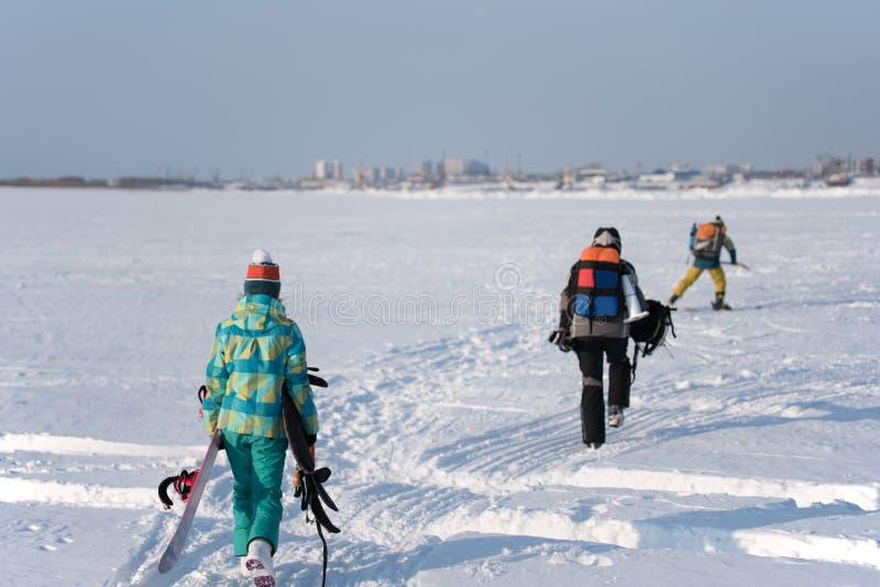 Trzy atlety iść robić Snowkiting obrazy royalty free