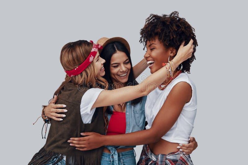 Trzy atrakcyjnej eleganckiej młodej kobiety zdjęcia stock