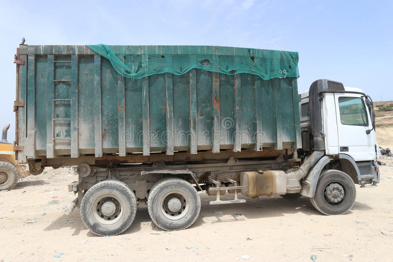 Trzy axle haczyka dźwignięcia ciężarówka zdjęcie stock
