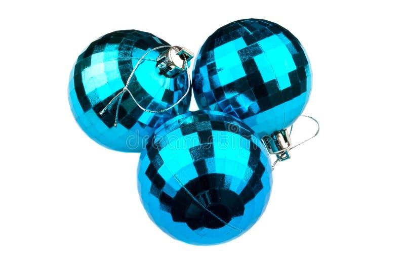 Trzy błyszczącej błękitnej choinki piłki odizolowywającej na białym tle fotografia royalty free