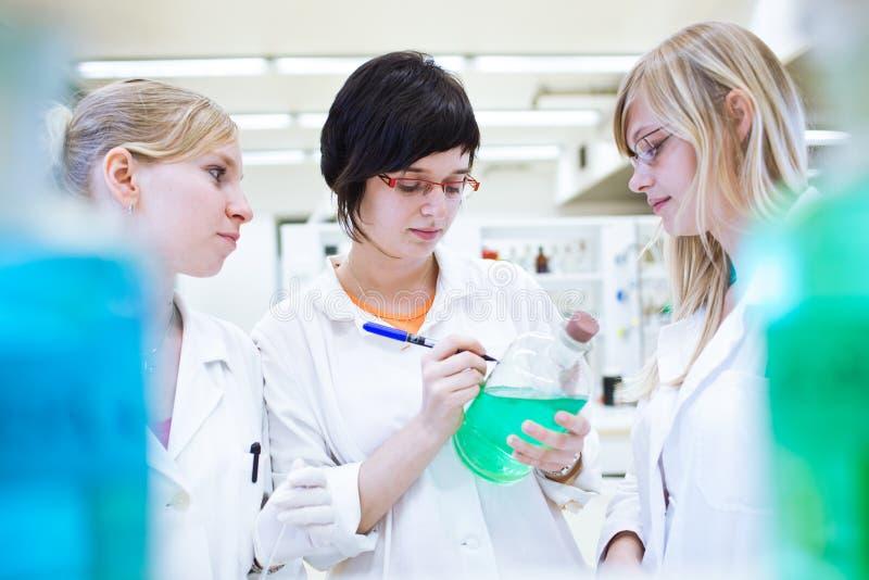 Trzy badacze/chemii ucznia w lab obraz royalty free