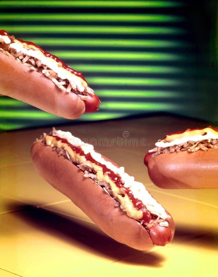 Trzy bardzo apetycznego hot dog unosi się w powietrzu obrazy royalty free