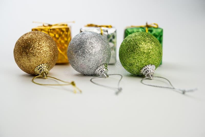 Trzy barwiącej Bożenarodzeniowej piłki z złotymi faborkami i boxe fotografia stock