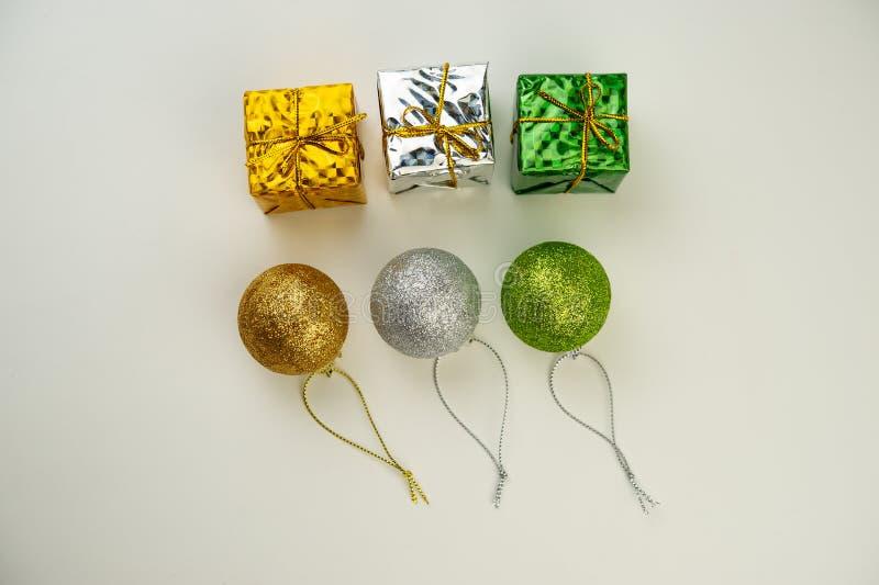 Trzy barwiącej Bożenarodzeniowej piłki z złotymi faborkami i boxe zdjęcia royalty free