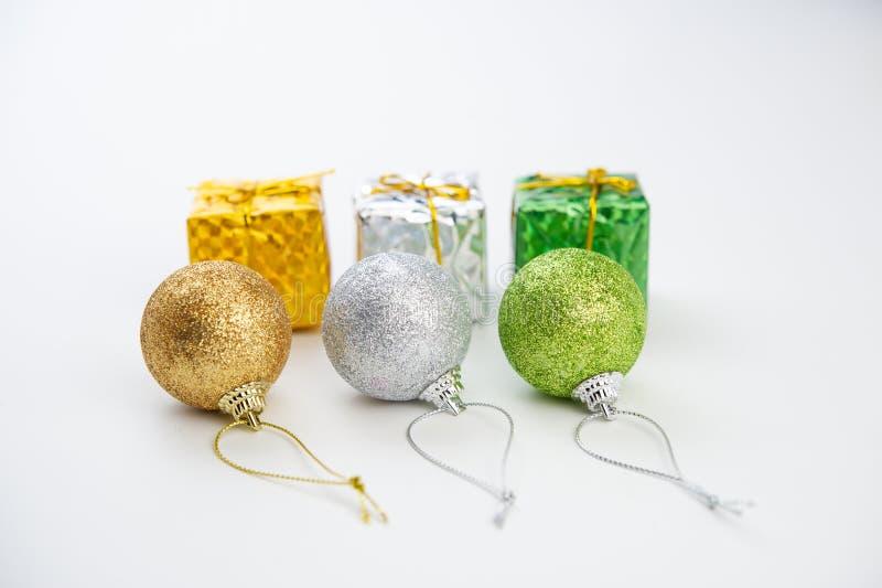 Trzy barwiącej Bożenarodzeniowej piłki z złotymi faborkami i boxe obraz royalty free