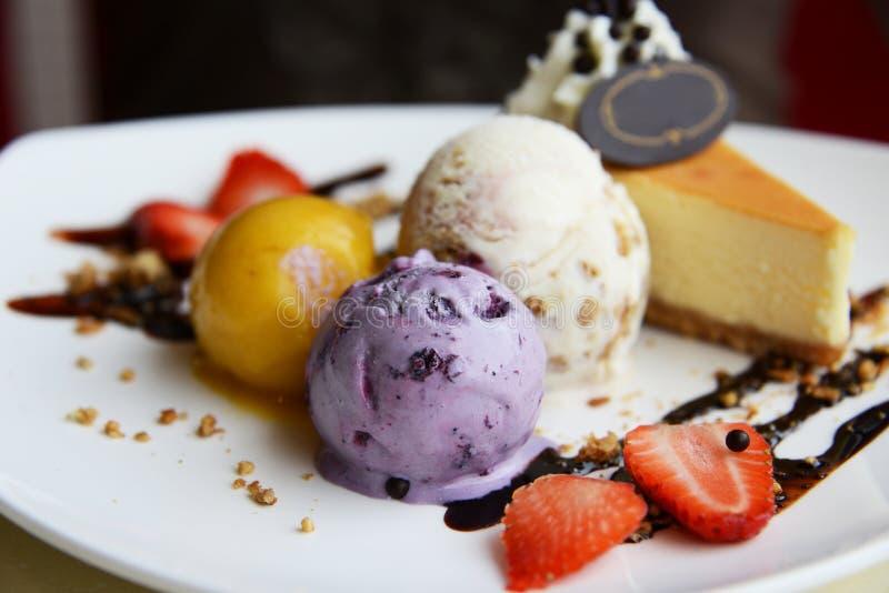 Trzy barwiącej piłki lody i cheesecake zdjęcie royalty free