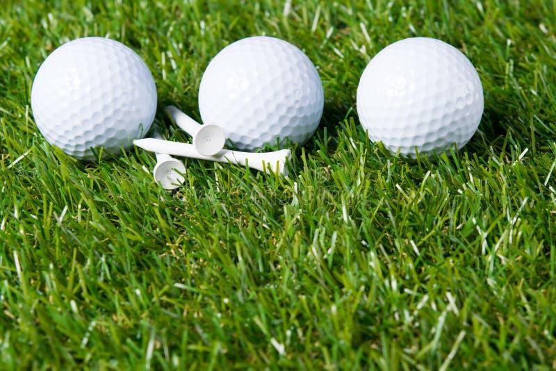 Trzy białej piłki kłamają na gazonie dla bawić się golfa jako tło obraz stock