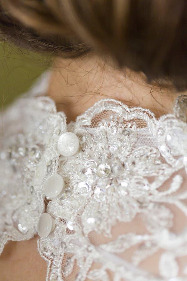 Trzy bielu gładkiego guzika na koronkowej ślubnej sukni zdjęcie stock