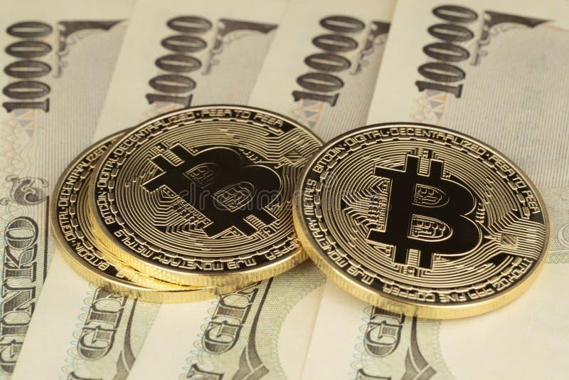 Trzy Bitcoins i jenu rachunku obrazy stock