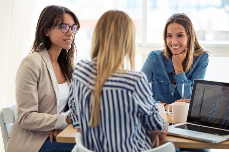Trzy biznesowego kolegi pracuje wp?lnie w nowo?ytnym workspace Brainstorming poj?cie zdjęcie stock