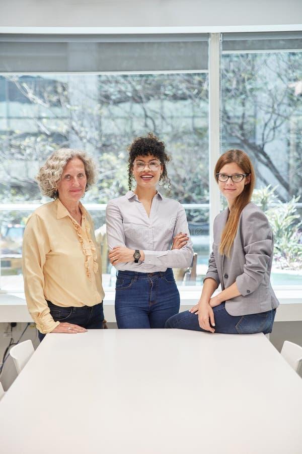 Trzy bizneswomanu jako kobieta kontyngentu pojęcie obrazy stock