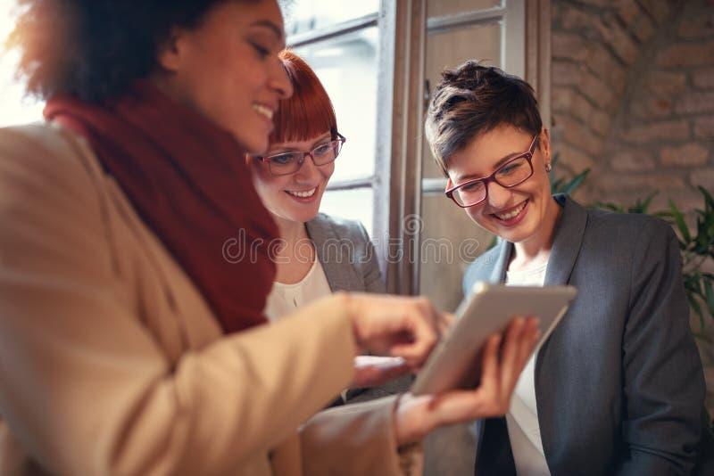 Trzy bizneswomanu pracuje wpólnie w biurze fotografia stock