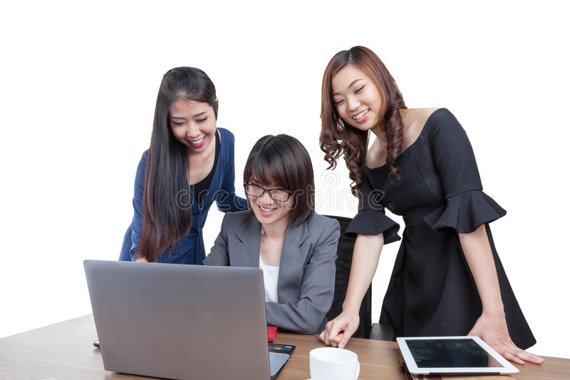 Trzy bizneswomanu przy biurowym działaniem z laptopem fotografia stock
