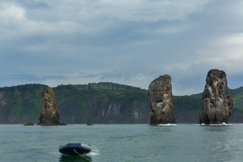 Trzy brat skały w Avacha zatoce Pacyficzny ocean Wybrzeże Kamchatka zdjęcia stock