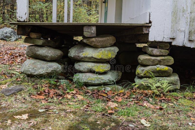 Trzy brogującego kamienia domu fundacyjnego mola na starym Appalachian domu obraz royalty free