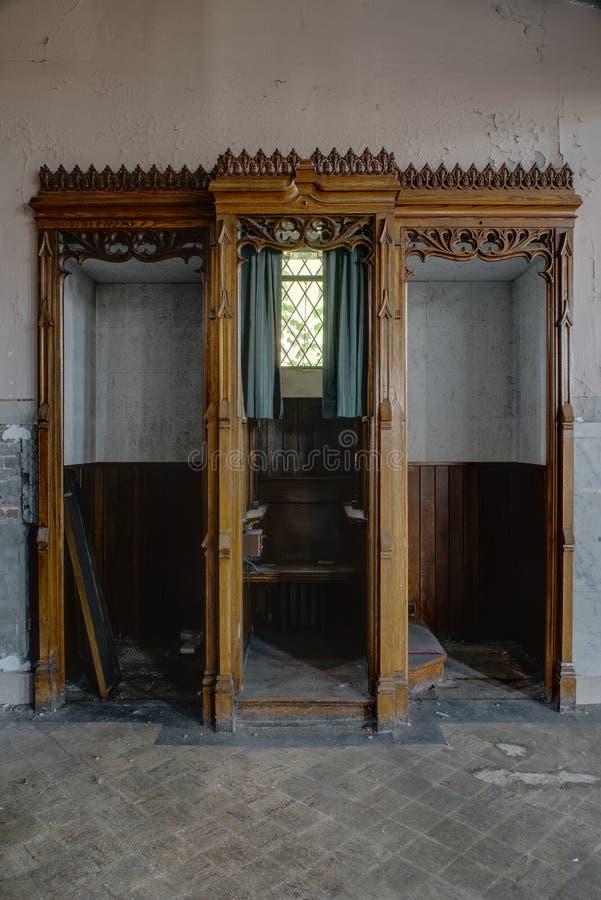 Trzy budka konfesjonał - Zaniechany kościół obrazy royalty free