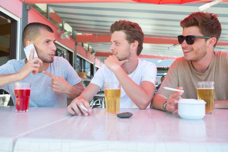 Trzy chłopiec przyjaciela ma napój obraz royalty free