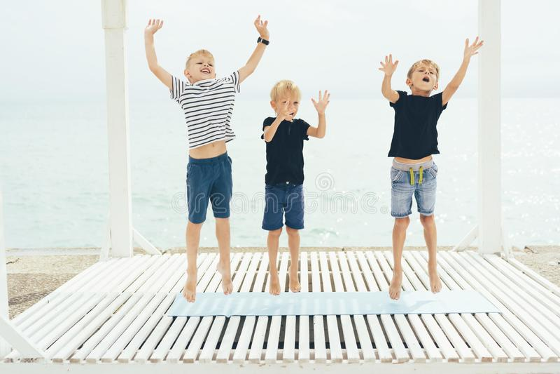 Trzy chłopiec taniec i skok obrazy stock