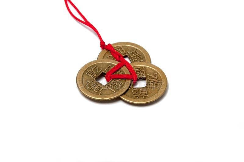 Trzy chińskiej szczęsliwej monety z czerwoną kępką fotografia stock