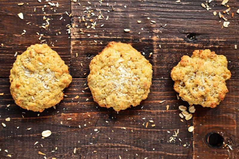 Trzy ciastka owsiane na drewnianym tle Widok z góry Wolne miejsce na test Zdrowe domowe pliki cookie Słodkie ciasta Kokos zdjęcia stock