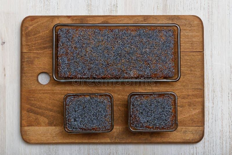 Trzy cytryna maczka torta na drewnianym talerzu obraz royalty free