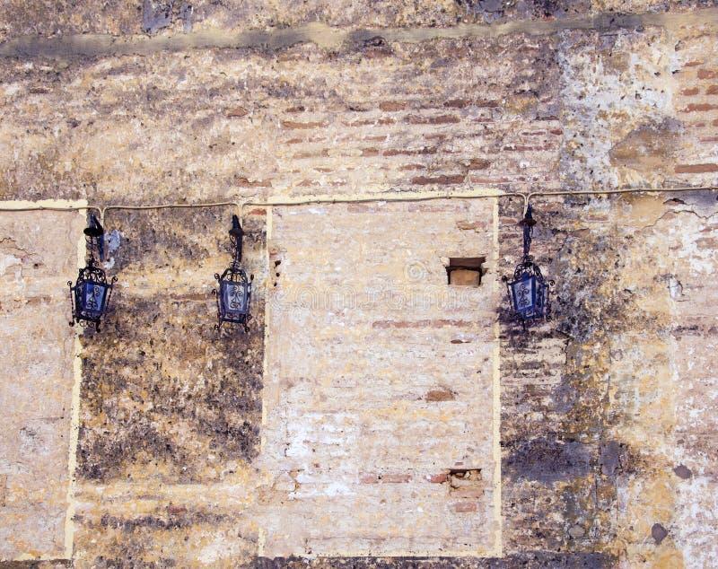 Trzy czarnej lampy na kamiennej antycznej ścianie zdjęcie stock