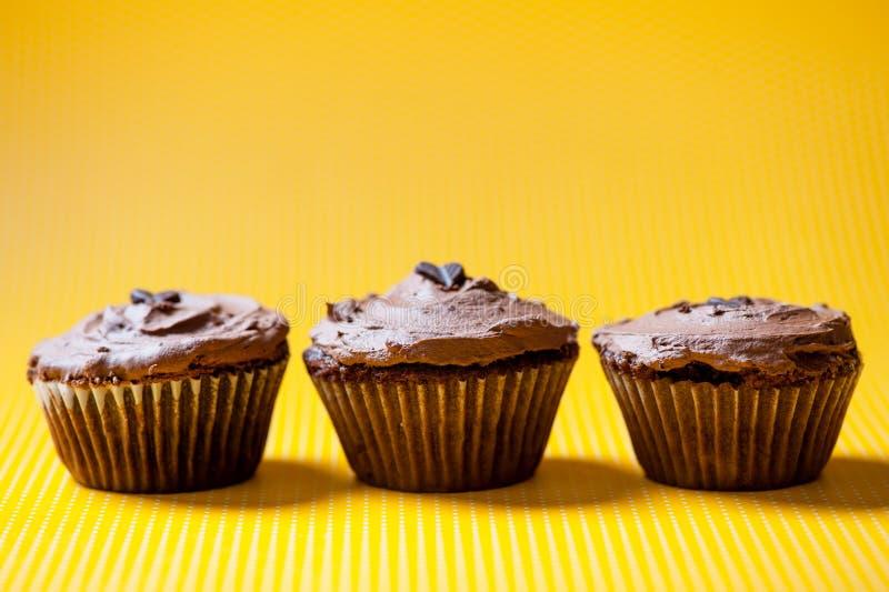 Trzy czekoladowej aksamitnej babeczki z ciemnym czekoladowym lody zdjęcie royalty free