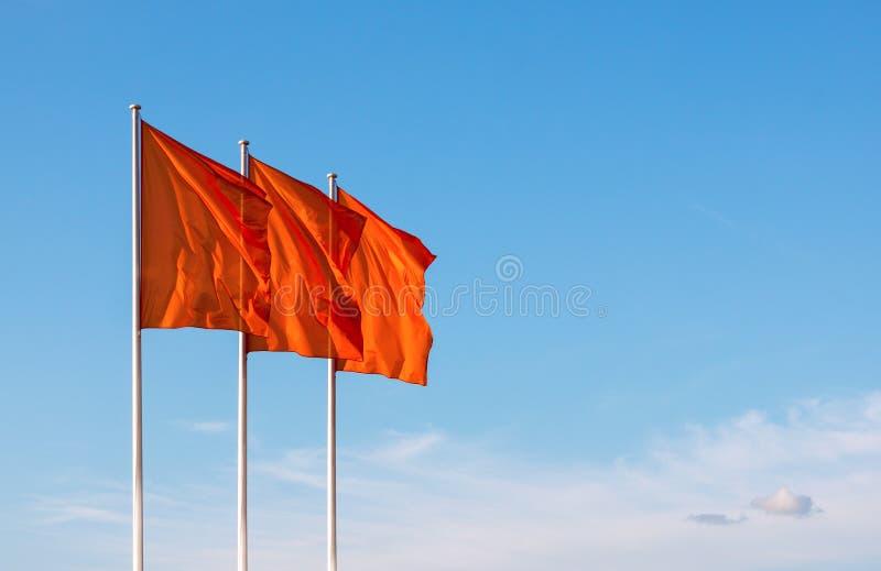 Trzy czerwieni pustego miejsca flaga macha w wiatrze zdjęcie royalty free