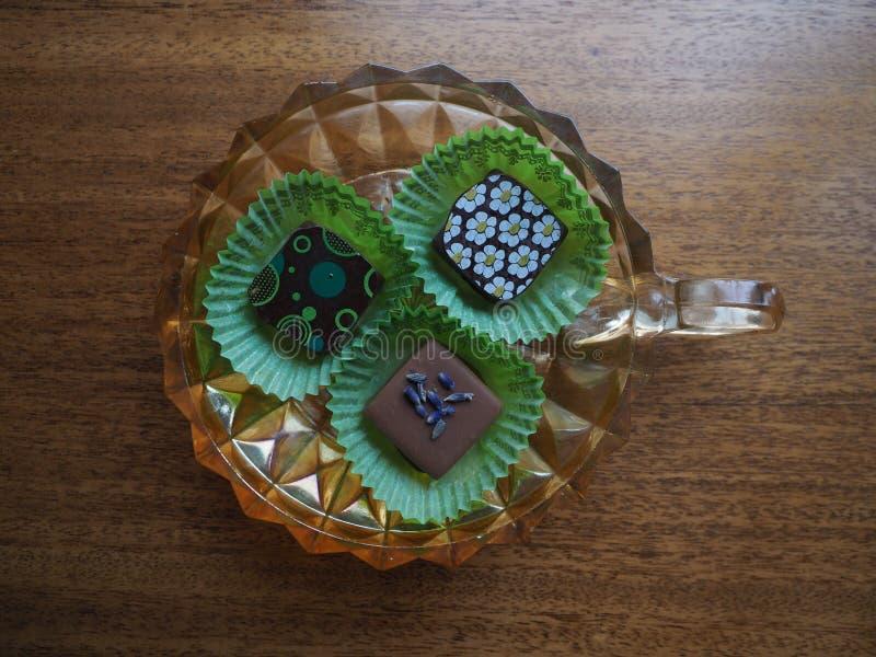 Trzy Dekorującej czekolady w Złocistym Karnawałowym Szklanym naczyniu fotografia stock