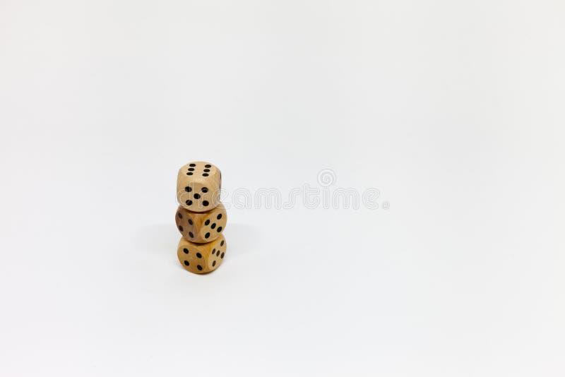 Trzy drewnianej gemowej kostki do gry na bia?ym tle obraz stock
