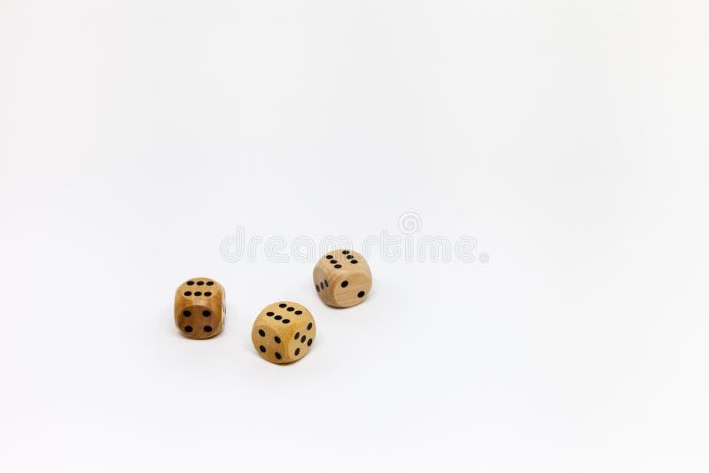 Trzy drewnianej gemowej kostki do gry na bia?ym tle obrazy royalty free