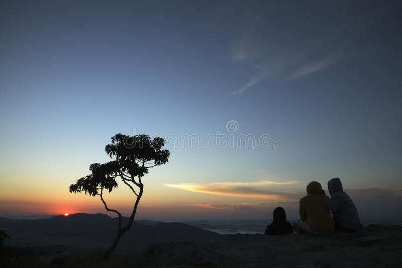 Trzy drzewo sylwetki przy wschód słońca w górach Brazylia i ludzie obrazy royalty free