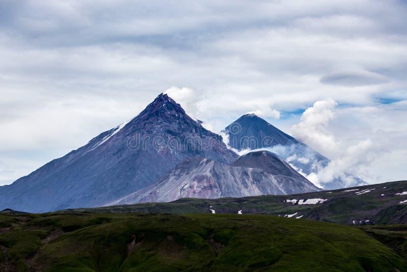 Trzy dymią volcanoes krajobraz, półwysep kamczatka, Rosja fotografia royalty free