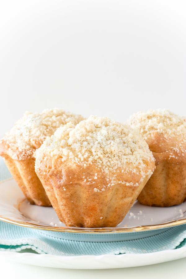 Trzy Dyniowego Jabłczanego owsa streusel Muffins Biały tło Sel zdjęcie stock