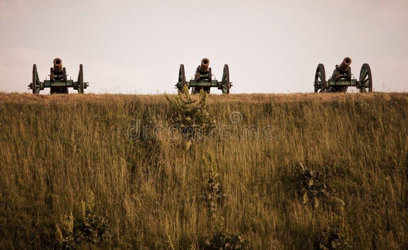 Trzy dział militarny mobilny stojak na zielonym wzgórzu w lecie na dniu zdjęcie royalty free