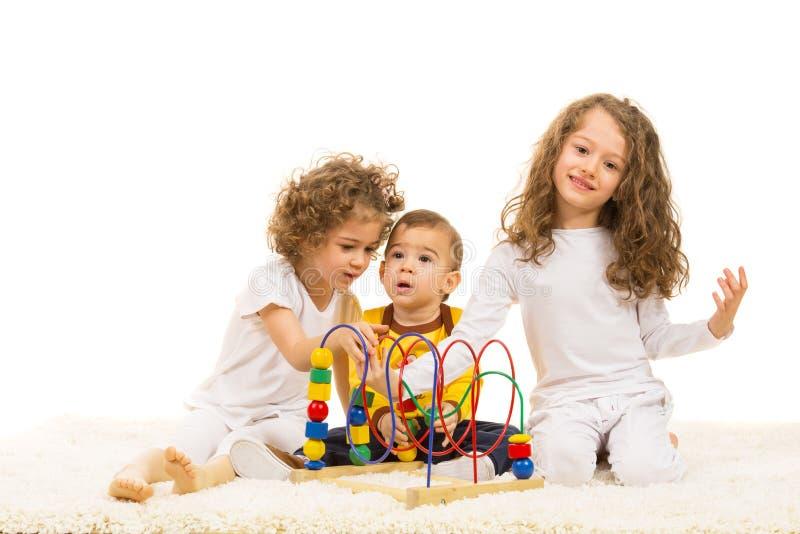 Trzy dzieciaka bawić się do domu obrazy stock
