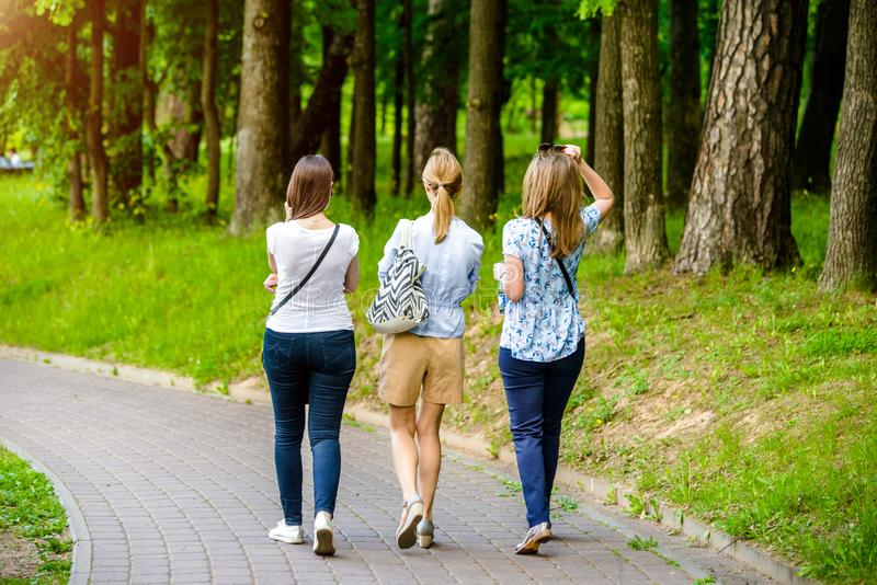 Trzy dziewczyn spacer obraz stock