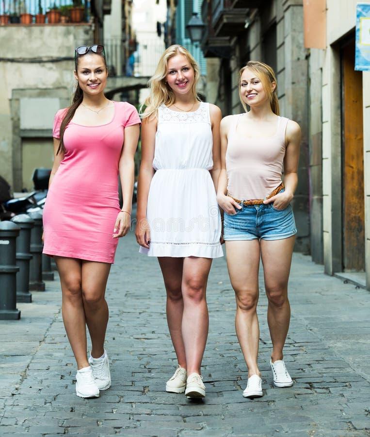 Trzy dziewczyny chodzi w mieście obraz stock