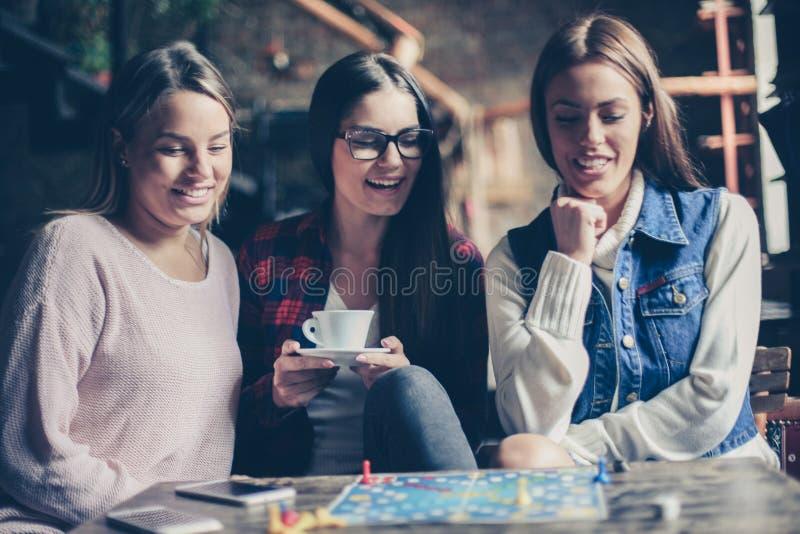 Trzy dziewczyny ma zabawę i bawić się grę zdjęcia royalty free