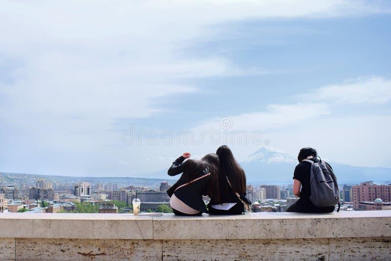 Trzy dziewczyny siedzą przy sławną miejsce kaskadą w Yerevan, Armenia obraz royalty free
