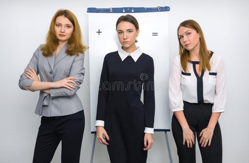 Trzy dziewczyny woking przy biurem zdjęcie stock