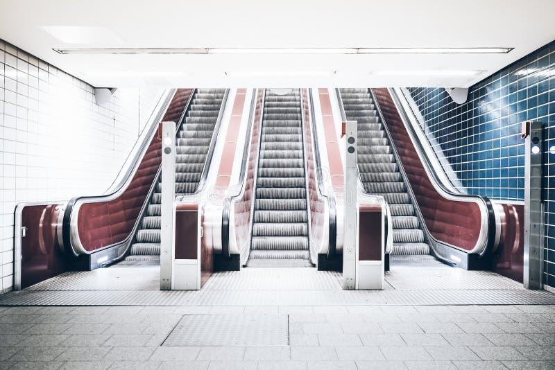 Trzy eskalatoru w podziemnej staci metru obrazy royalty free