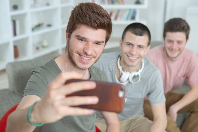 Trzy faceta robi selfie w domowym wnętrzu zdjęcia royalty free