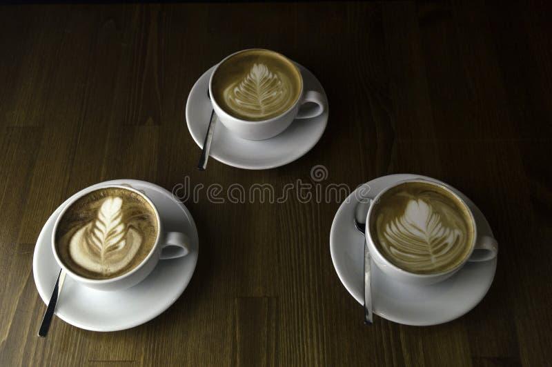 trzy filiżanki gotowej słuzyć kawę z mlekiem obraz royalty free