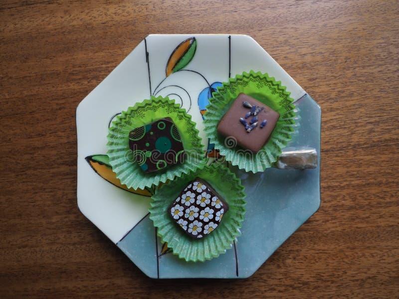 Trzy Galanteryjnej czekolady na Porcelanowym naczyniu obrazy royalty free